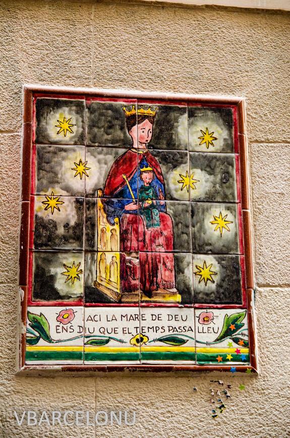 Одна из мозаик из керамических плиток на улице Петрикшоль