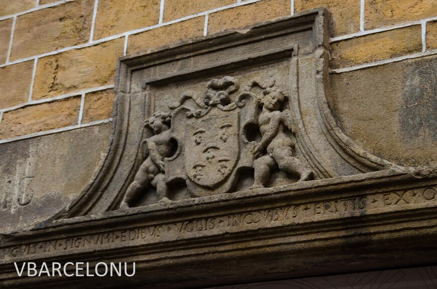 На многих домах сохранились архитектурные элементы 12-14 веков