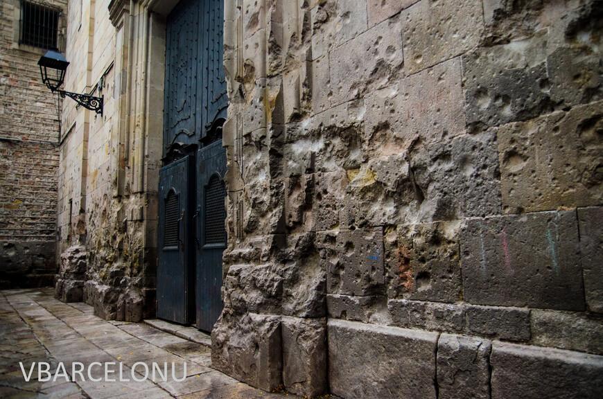 Перед фасадом церкви святого Филипа Нери во время гражданской войны взорвалась бомба. Погибло более двадцати детей