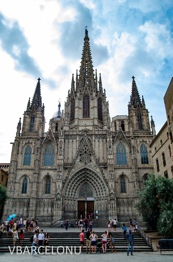 Главный фасад Кафедрального собора Святого креста и Святой Элуалии