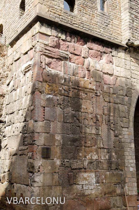 Остатки древнеримской стены, на которой был построен Королевский дворец