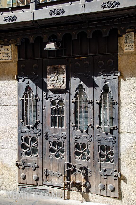 Старинная дверь с иконой Святого Георгия