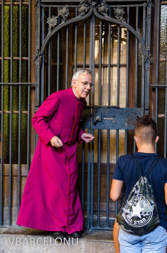 Священник в Кафедральном соборе