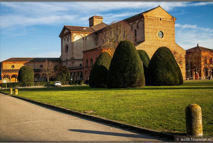 Монастырь св. Христофора начали строить в 1452 году, а позднее, один из герцогов Д'Эсте (Борсо Д'Эсте) начал строить монастырь ордена картезианцев. Затем, прилегающие к религиозному комплексу земли начали использовать, как общественное кладбище Феррары.