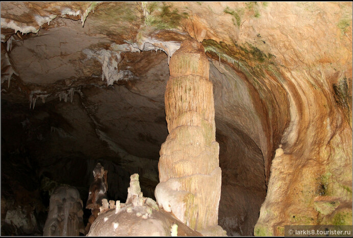 В залах много отдельных колонн и сталактитов-сталагмитов, многие из которых имеют свои названия.