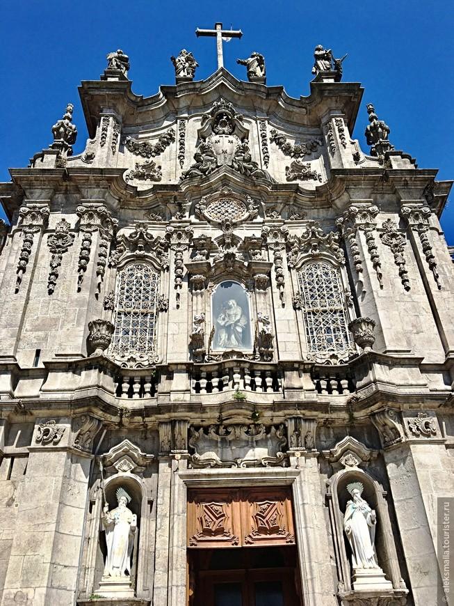 Каменный фасад украшают скульптуры пророков Илии и Елисея и статуи четырех евангелистов работы мастера итальянского барокко Николау Насони.