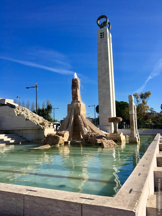 Монумент-фонтан в честь апрельской (1974 года) революции гвоздик на вершине холма. Один из символов падения диктатуры вызывает неоднозначные ассоциации не только у туристов, но и у местных жителей.