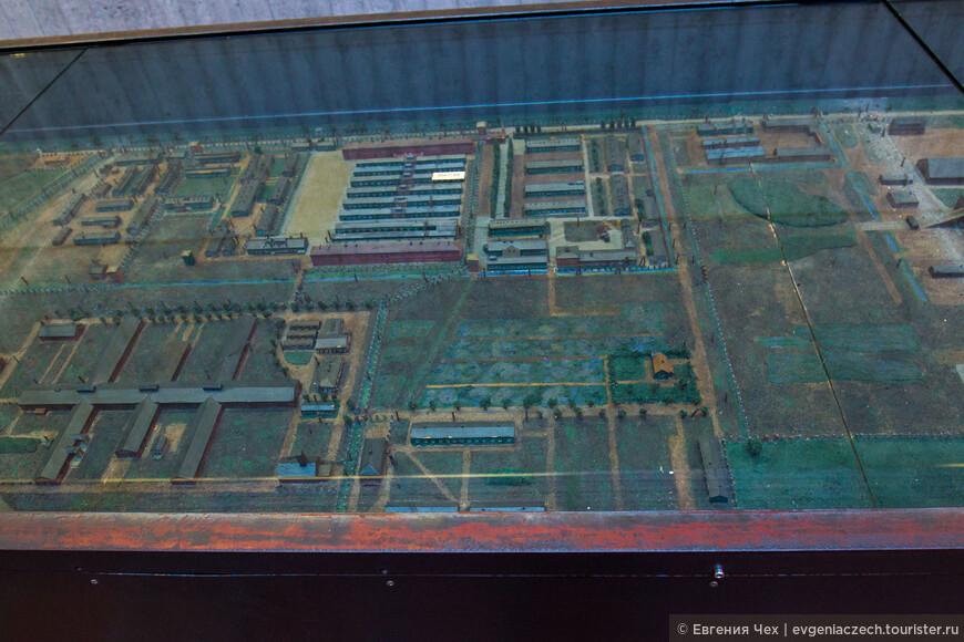 Макет лагеря.  Дальние постройки - фабричные помещения. На переднем плане бараки.