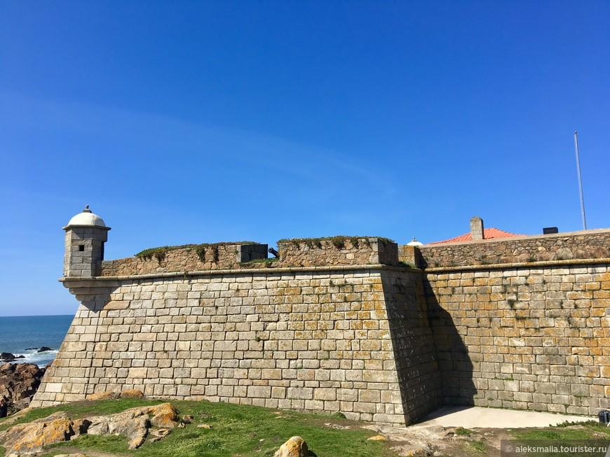 Сторожевой форт на берегу океана.