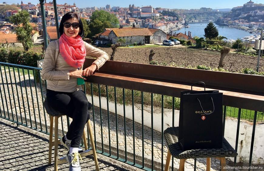На выходе -  терраса с потрясающим видом на Порту и реку Дору. Далее отправляемся на обзорную экскурсию осматривать многочисленные достопримечательности города.