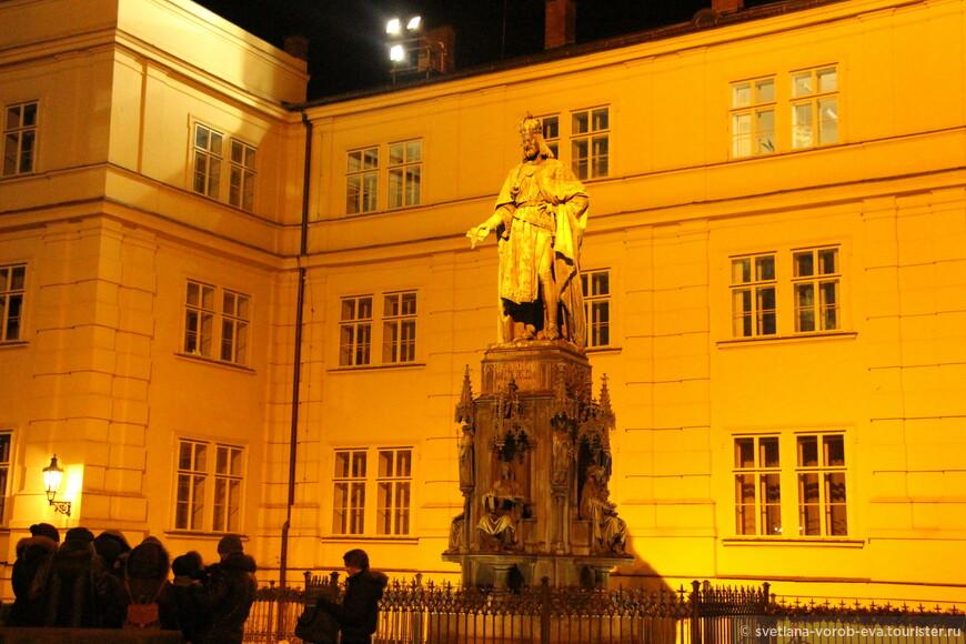 Ночью туристов в Праге меньше не становится