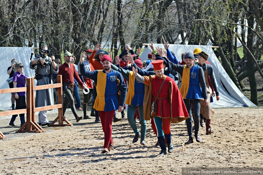 Выход на арену команды поля. Их задача обеспечивать механику турнира: следить за ристалищем, готовить копья и булавы, держать и запускать лошадей.