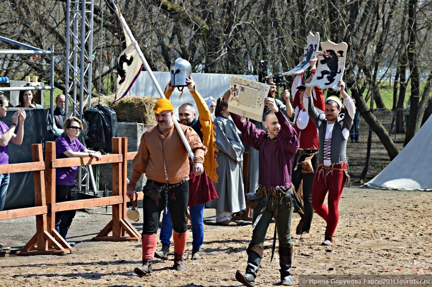 Оруженосцы помогают своим рыцарям и посредничают между ними и Маршалом. Чтобы участвовать в турнире у рыцаря должно быть минимум два оруженосца.
