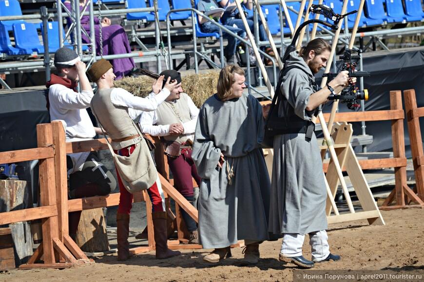 Даже видео-операторы и фотографы облачились в средневековые одеяния, дабы не портить аутентичный вид ристалища...