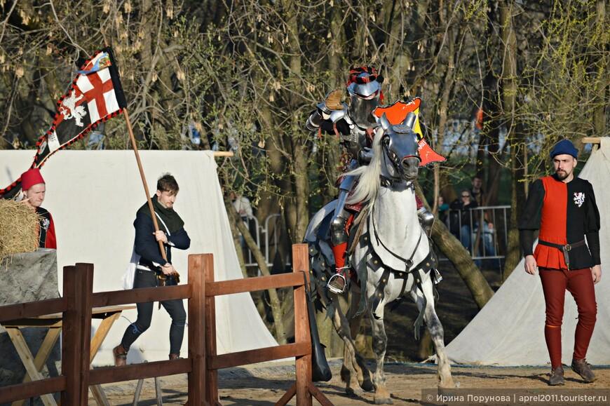 Рыцарем может стать мужчина старше 21 года с полным костюмом и снаряжением XV века и минимум двумя оруженосцами.