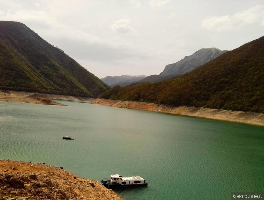 Пивское озеро-это рукотворное озеро, т.е. появилось при человеческом вмешательстве, когда решили построить дамбу. Расположено озеро рядом с г.Плужине. Когда его видишь впервые, можно подумать, что это река, ведь оно  длинное и узкое. На самом деле так оно и есть, длина - 45 км.