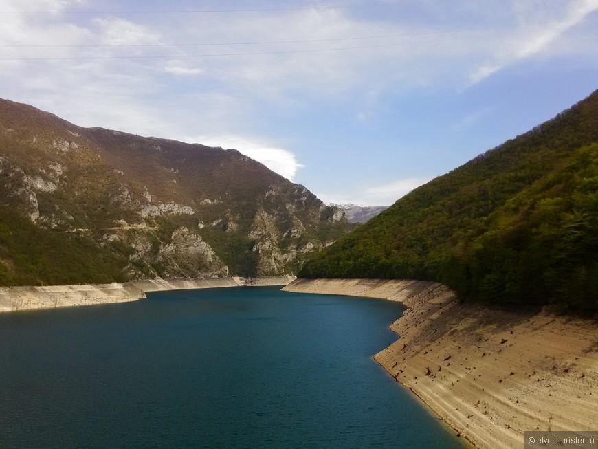 Черногорцы называют озера - очами гор.И , действительно, если представить , что горы Черногории - это величественные великаны, то очи этих великанов должны быть непременно размером с горные озера.Синие, бирюзовые очи, в которые душе хочется глядеть бесконечно, упиваться их глубиной и девственной чистотой........