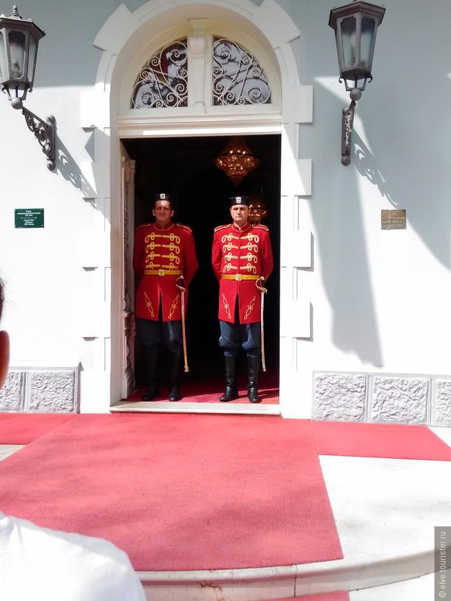 Бравые черногорские гвардейцы-охранники у бывшего дворца президента Черногории.
