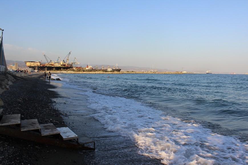 Lady's Mile Beach. Рядом порт, водица грязная, под ногами камни... 1 ресторан на весь пляж.... В общем, разочарование... Так что подтверждаю, Лимассол- не для пляжного отдыха!