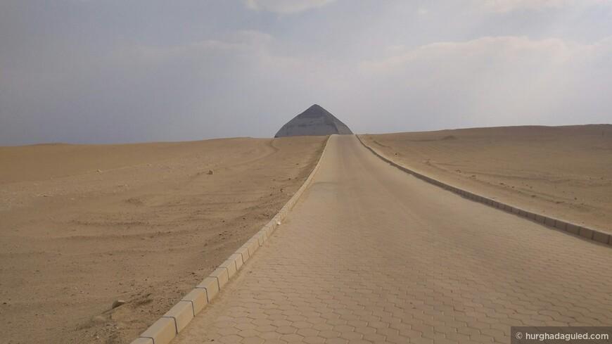 Вид с дороги на Ромбовидную пирамиду. Дахшур.