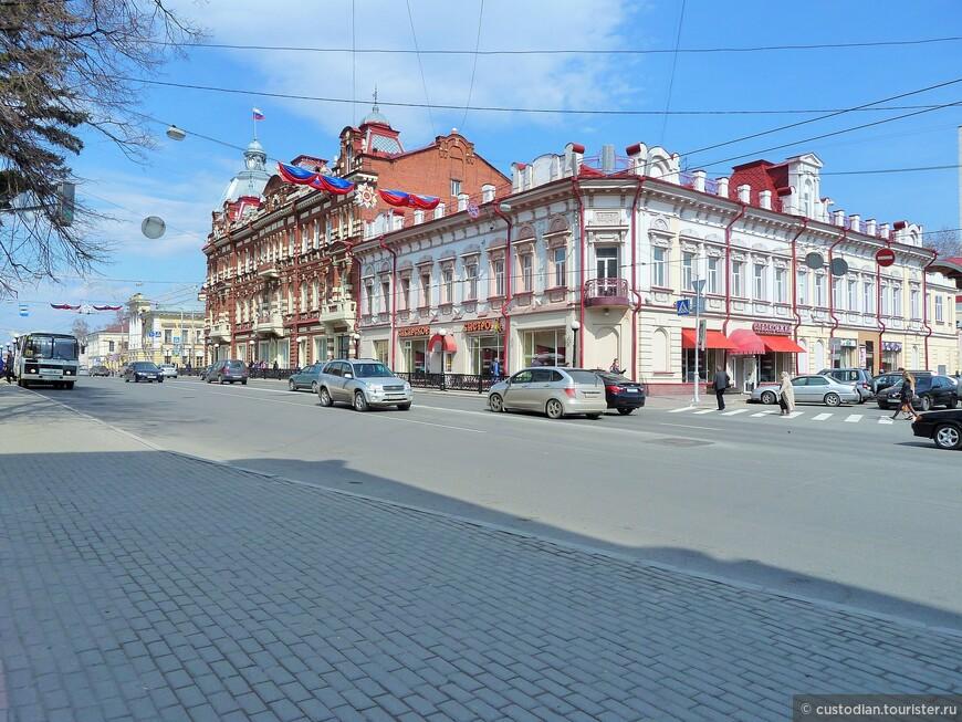 Здание администрации Томска (слева)