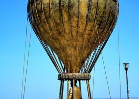 Жаль, что этот шар никуда не улетит... Это необычный памятник знаменитому и веселому фантасту - Жюлю Верну.