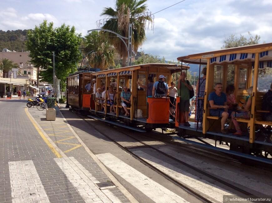 Старинный трамвайчик едет из порта Сольера