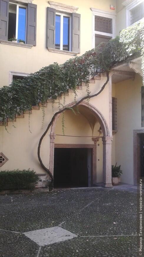 В любом дворике Вероны можно разместить балкон Джульетты.