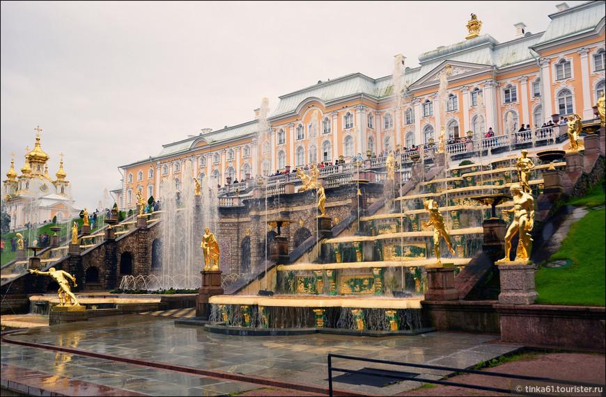 Эта водная феерия уже давно  стала визитной карточкой дворцово-паркового ансамбля Петергоф, открытого в 1723 году в честь морских побед, распахнувших России выход в Балтику.