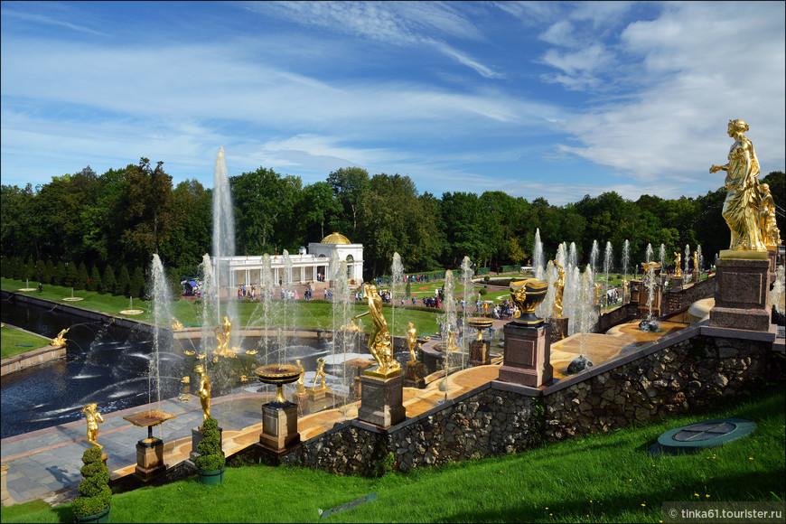 Великолепие водного потока 255 скульптур, расположенных на этом красивейшем каскаде, украшенном 3-мя водопадными лестницами и каменным гротом.