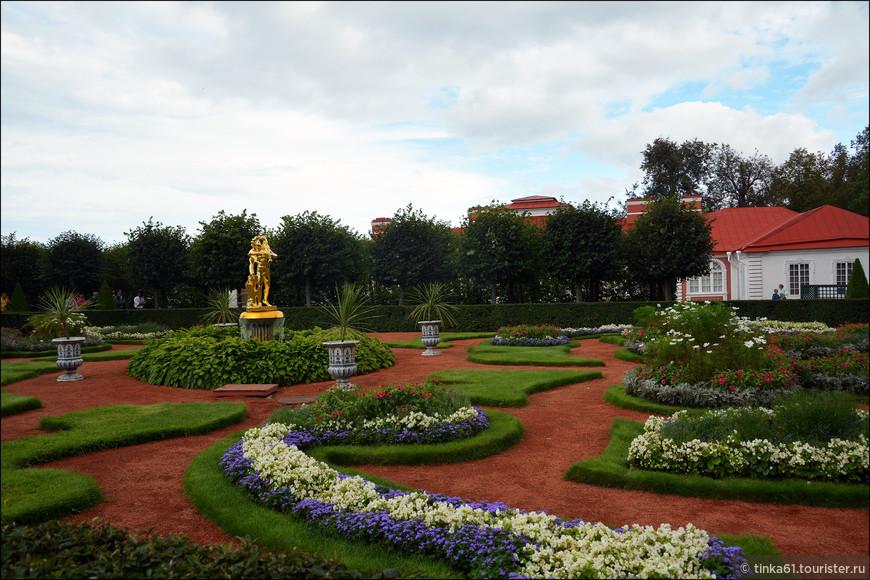 Перед южным фасадом Монплезира раскинулся Монплезирский сад, разделенный на четыре симметричные части двумя пересекающимися аллеями.