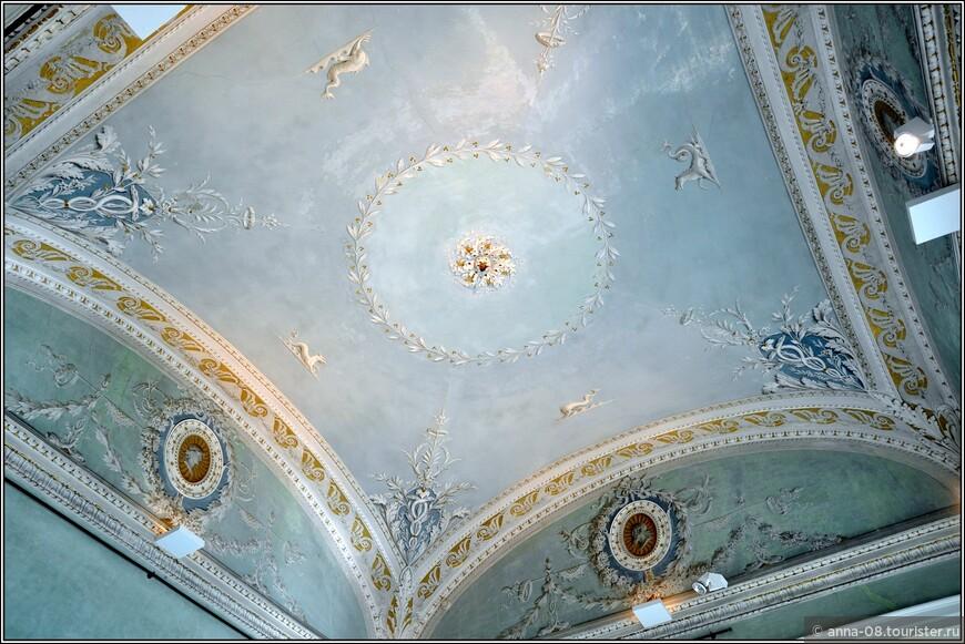 Во всех залах виллы великолепные потолки, ни один не повторяется.