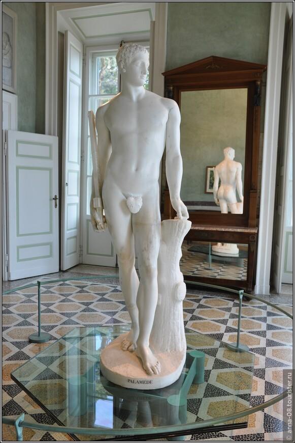«Palamedes» - один из самых известных шедевров Антонио Кановы. Скульптура находится в вилле с 1819 года и специально установлена в зале с зеркалами, чтобы со всех сторон можно было видеть её совершенство.