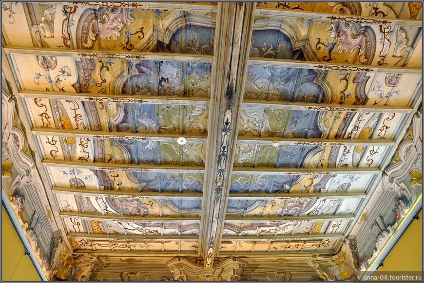 Удивительно видеть в таком доме расписанные деревянные потолки.