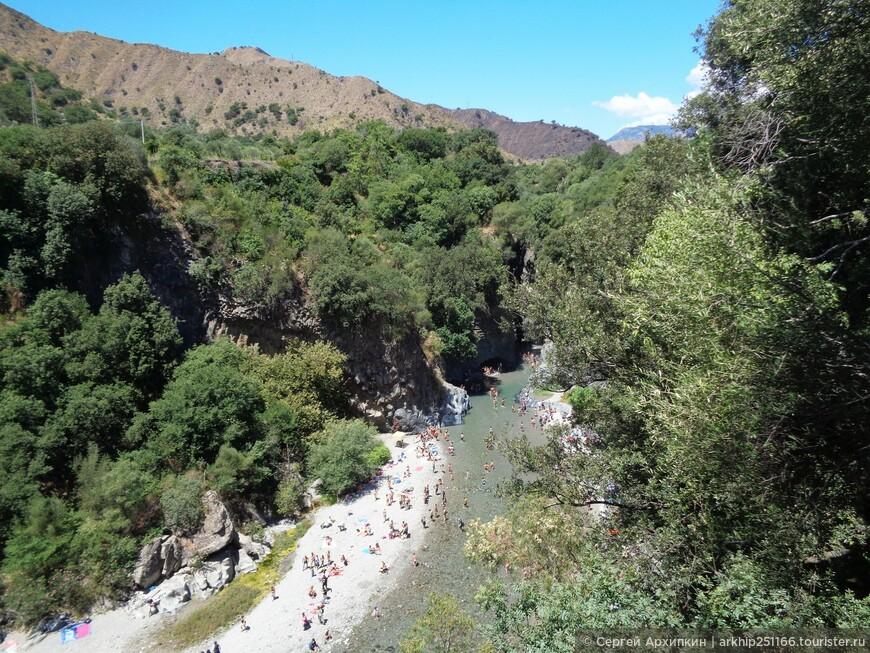 Река Алькантара протекает у подножия Этны и  образовало ущелье , которому 300 тысяч лет