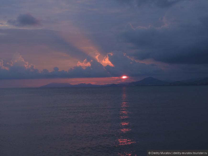 Закат в заливе возле острова Феникс