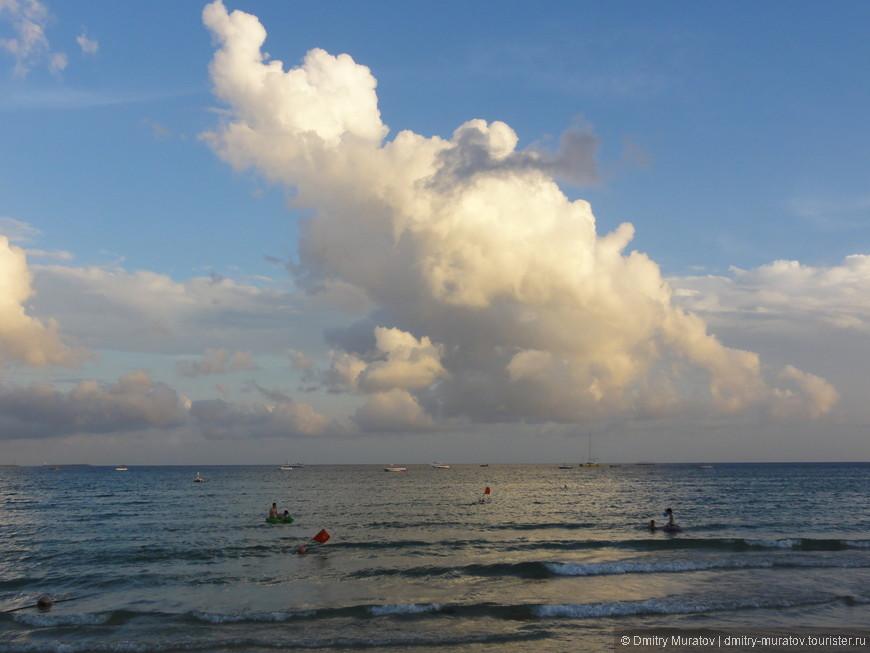 Бомбические облака на пляже