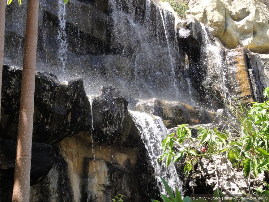 Водопад возле при подъеме на гору. Он искусственный