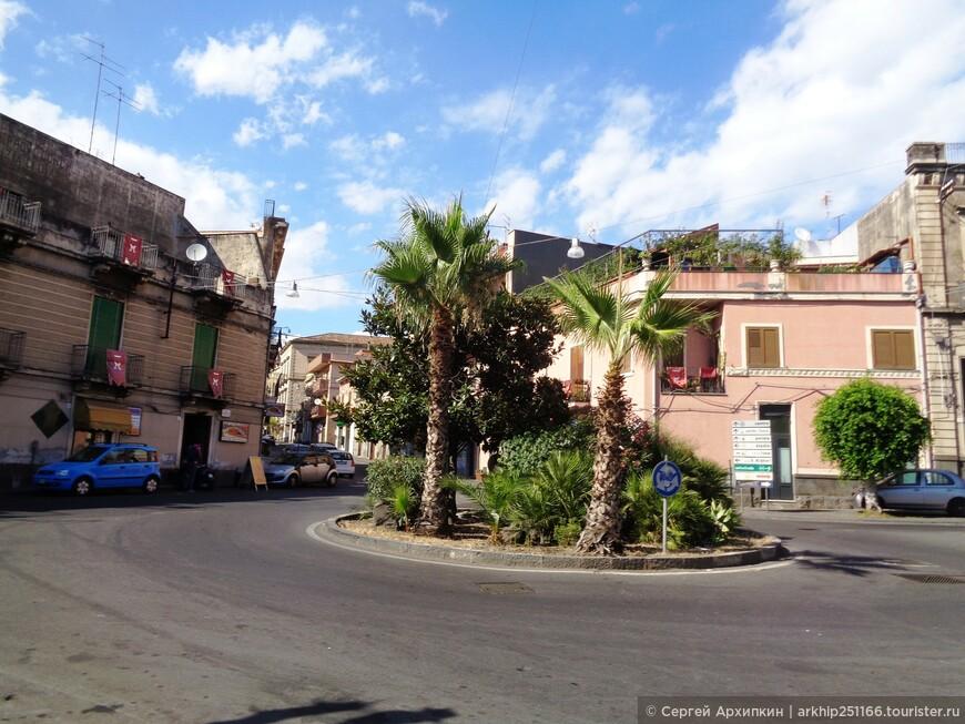 Ачи -Реале даже по меркам Сицилии город небольшой - проживает в нем всего 50 тысяч жителей.