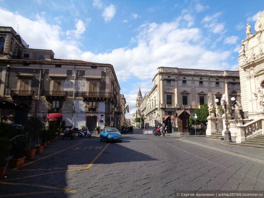 Идя от вокзала вы окажитесь на главной улице названной в честь короля Виктора Эммануила и первым вас встретит собор Сан-Себастьяна на площади Леонардо Виго