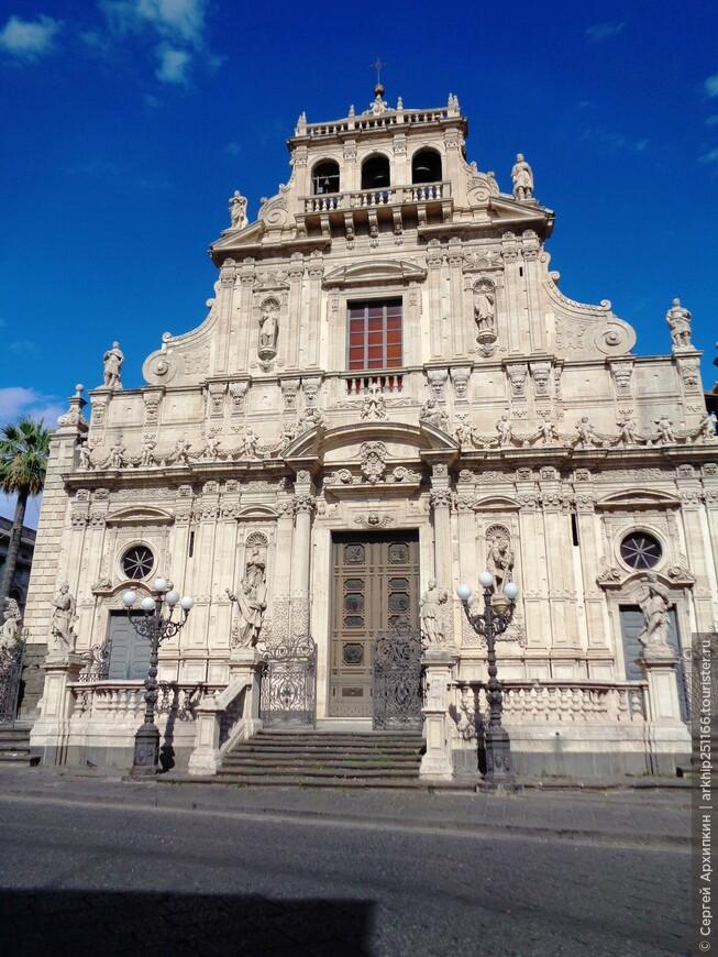 Собор Сан-Себастьяна построен в стиле сицилийского барокко, после ужасного землетрясения в 1693 года. Имеет статус Национального памятника Италии