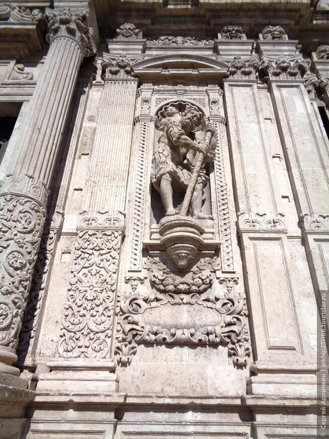 Фасад сделан из белого камня привезенного из Сиракуз
