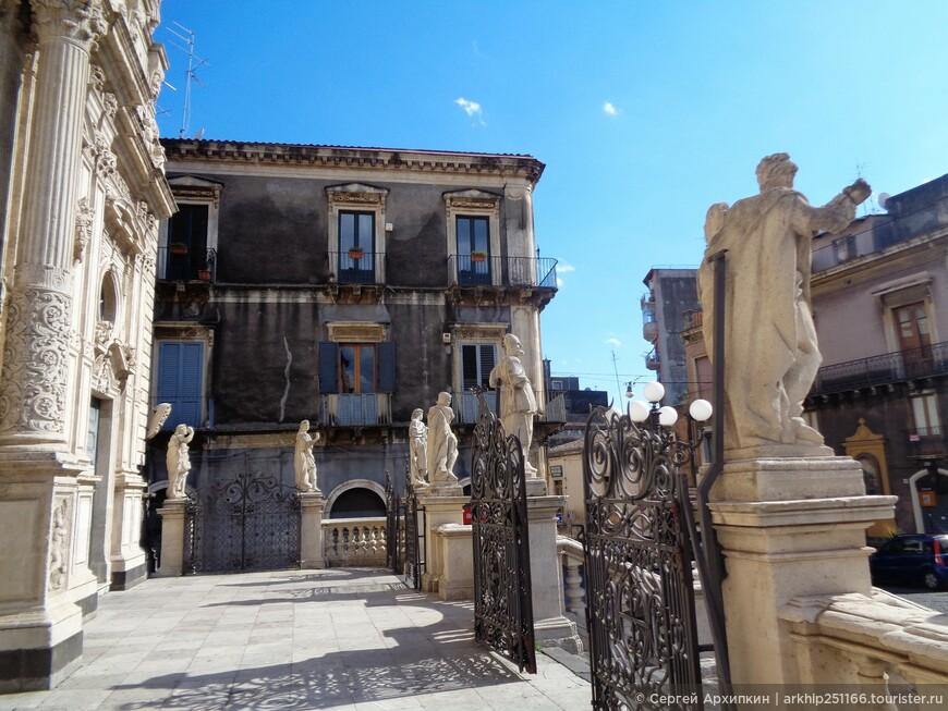 Перед фасадом собора Сан-Себастьяна