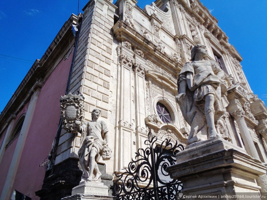 Перед фасадом расположено 10 статуй