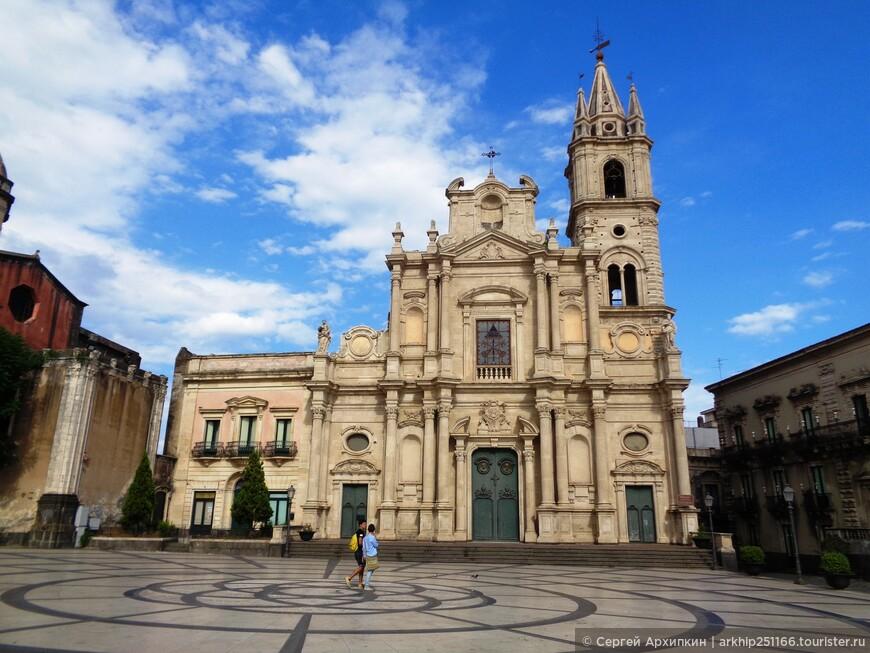 Через пару кварталов выходим на  главную площадь города - Дуомскую площадь и перед нами собор Святых Петра и Павла
