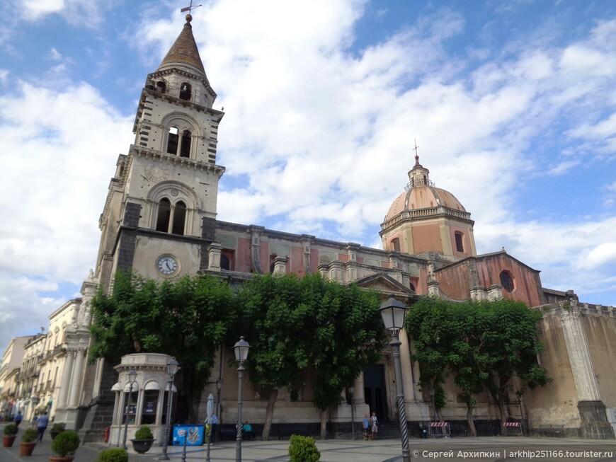 Здесь же на Дуомской площади расположился и Кафедральный собор города