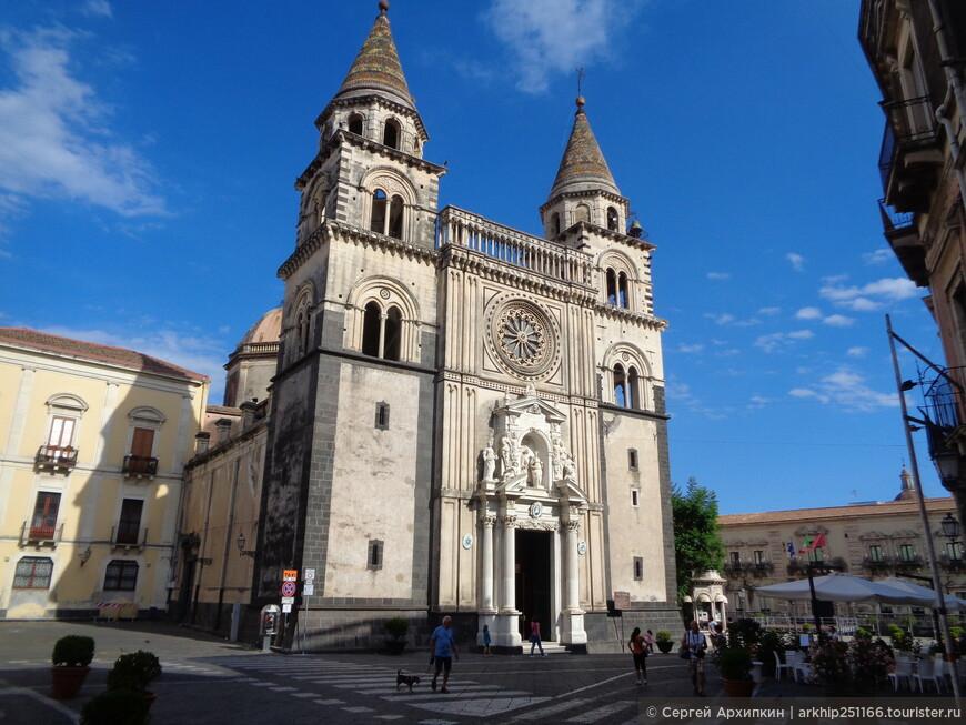 Кафедральный собор был построен в конце 16 века и устоял во время страшного землетрясения конца 17 века.