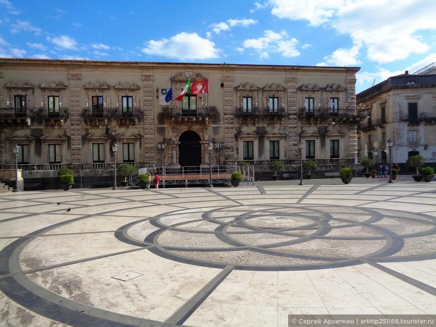 На Дуомской площади находится и Муниципальный дворец, построен в конце 17 века в стиле сицилийского барокко