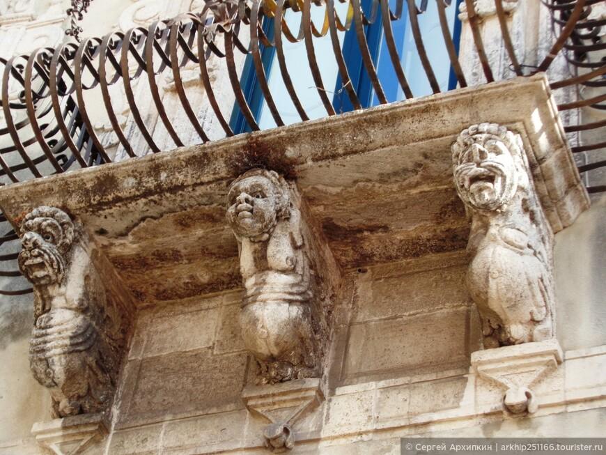 Маскероны Муниципального дворца (конец 17 века) - все мордашки разные