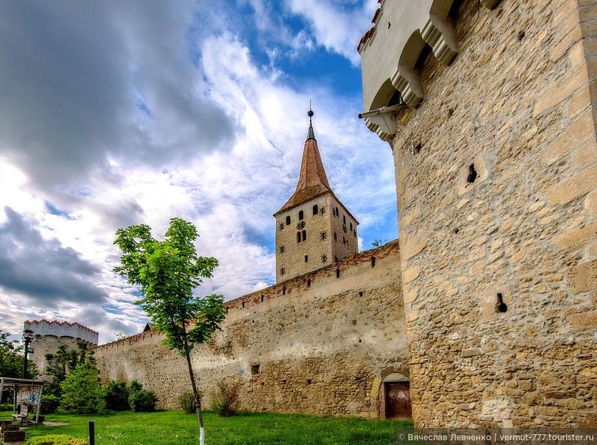 Подъезжая к центру городка Аюд, с любого направления, в глаза бросаются средневековые стены и башни, величественно возвышающиеся здесь вот уже 500 лет . Они защищают одну из самых старинных крепостей Трансильвании, крепость города Аюд.